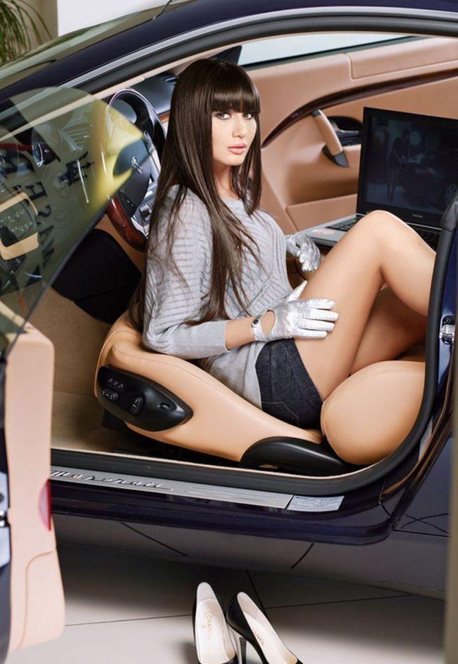 красивые девушки в чулках возле авто