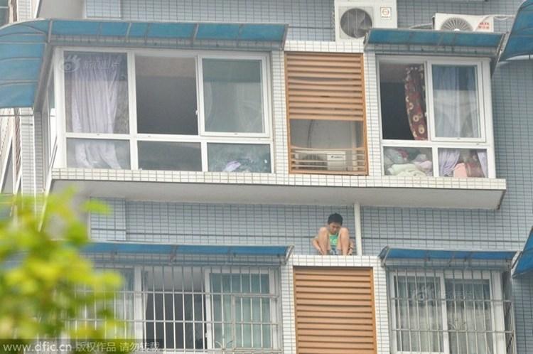 Школьник вылез за балкон, чтобы не делать домашнее задание.